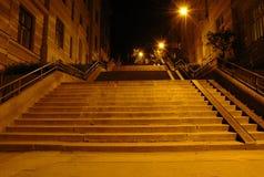 Escalera teniendo en cuenta las lámparas de calle Imagenes de archivo