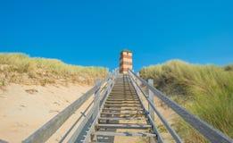 Escalera a una duna de arena en verano Imágenes de archivo libres de regalías