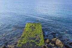 Escalera vieja al mar de Foto de archivo libre de regalías