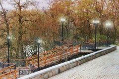 Escalera vieja Escalera de madera vieja con los elementos del hierro labrado Escalera vieja en el parque fotos de archivo