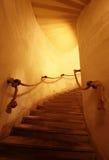 Escalera vieja en un pasillo apretado Fotos de archivo