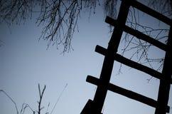 Escalera vieja y cielo azul Fotos de archivo libres de regalías