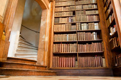 Escalera vieja y los libros en el libra hermoso Imágenes de archivo libres de regalías