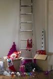 Escalera y cajas con la decoración de la Navidad Fotografía de archivo libre de regalías
