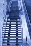 Escalera y escalera móvil que suben Imagen de archivo libre de regalías