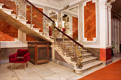 Escalera y espejo dentro de los apartamentos de lujo Fotografía de archivo libre de regalías