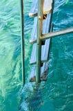 Escalera y manija de las escaleras abajo a la piscina Imagen de archivo