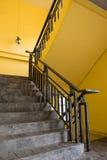 Escalera y pared amarilla imagen de archivo libre de regalías