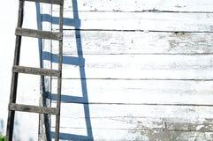 Escalera y pared de madera viejas Imagen de archivo libre de regalías