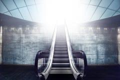Escalera y salida de la escalera móvil a la luz Imágenes de archivo libres de regalías