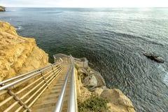Escaleras abajo al océano en Point Loma, California con horizonte Imágenes de archivo libres de regalías