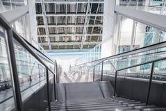 Escaleras abajo en el pasillo Imágenes de archivo libres de regalías