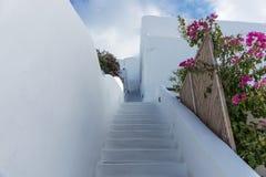 Escaleras abajo en la ciudad hermosa de Oia en la isla de Santorini Fotografía de archivo libre de regalías