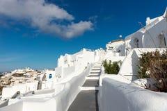 Escaleras abajo en la ciudad hermosa de Oia en la isla de Santorini Imagen de archivo libre de regalías