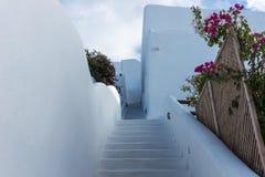Escaleras abajo en la ciudad hermosa de Oia en la isla de Santorini Fotos de archivo libres de regalías