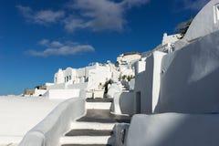 Escaleras abajo en la ciudad hermosa de Oia en la isla de Santorini Imágenes de archivo libres de regalías
