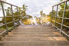 Escaleras abajo a la charca Fondo, naturaleza Fotos de archivo libres de regalías