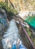 Escaleras abajo a la laguna secreta en la costa de mar Mediterráneo Fotografía de archivo libre de regalías