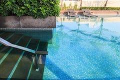 Escaleras abajo a la piscina Fotos de archivo libres de regalías