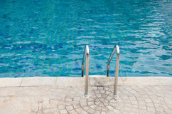 Escaleras abajo a la piscina Fotografía de archivo