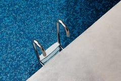 Escaleras abajo a la teja del azul de la piscina Foto de archivo libre de regalías