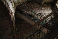 Escaleras abandonadas del refugio con la pintada fotografía de archivo