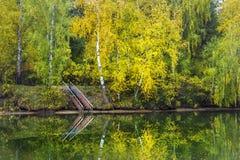 Escaleras al agua en la orilla del río del otoño Imágenes de archivo libres de regalías