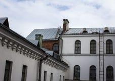 Escaleras al tejado de la casa vieja Imágenes de archivo libres de regalías