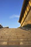 Escaleras al templo en la cima de la montaña del emei Foto de archivo libre de regalías