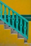 Escaleras amarillas y verdes Imágenes de archivo libres de regalías