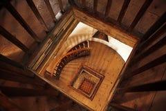 Escaleras arboladas viejas imagen de archivo