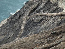 Escaleras arruinadas que van abajo del mar cerca de Portbou Fotos de archivo