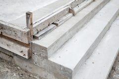 Escaleras blancas bajo construcción, pasos concretos Imágenes de archivo libres de regalías