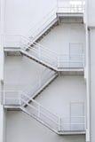 Escaleras blancas de un edificio para las emergencias Foto de archivo libre de regalías