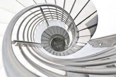 Escaleras blancas del espiral del edificio Imagen de archivo