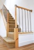 Escaleras británicas BRITÁNICAS típicas con el pasamano del cromo Fotografía de archivo