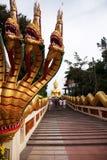 Escaleras a Buda de oro; Fotos de archivo