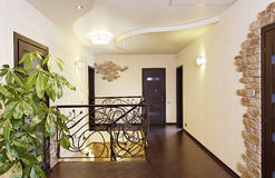 Escaleras clásicas con la barandilla ornamental en vestíbulo con las puertas Imagen de archivo libre de regalías