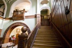 Escaleras clásicas del pasillo del hotel imagen de archivo