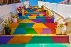 Escaleras coloridas en la calle en Túnez, Túnez imagen de archivo libre de regalías