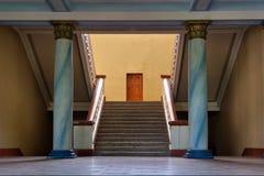 Escaleras, columnas, puerta Foto de archivo
