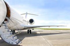Escaleras con el motor a reacción en un aeroplano privado - bombardero Foto de archivo libre de regalías