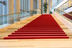 Escaleras con la alfombra roja Imágenes de archivo libres de regalías