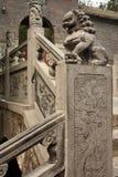Escaleras con la estatua de piedra tallada del león en un templo Fotografía de archivo
