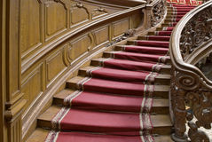 Escaleras con la tira de la alfombra fotos de archivo libres de regalías
