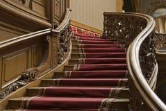 Escaleras con la tira de la alfombra imagenes de archivo