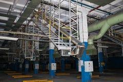 Escaleras con pasos y estantes con las verjas y los tanques del equipo en el producto petroqu?mico qu?mico de la refiner?a indust imágenes de archivo libres de regalías