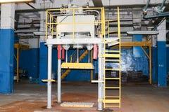 Escaleras con pasos y estantes con las verjas y los tanques del equipo en el producto petroqu?mico qu?mico de la refiner?a indust imagen de archivo libre de regalías
