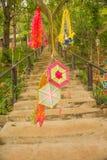 Escaleras concretas al lugar sagrado en el mountian con las decoraciones en la puerta Fotos de archivo libres de regalías