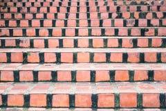 Escaleras concretas anaranjadas abstractas a la construcción para el fondo Fotografía de archivo libre de regalías